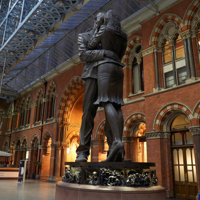 Lovers statue at St Pancras